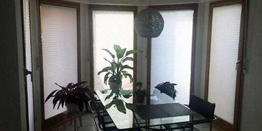 mit plissee sonnenschutz die fenster g nstig ausstatten. Black Bedroom Furniture Sets. Home Design Ideas